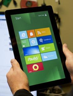 垂直放置的平板电脑上的 Windows 8 [Start](开始)屏幕