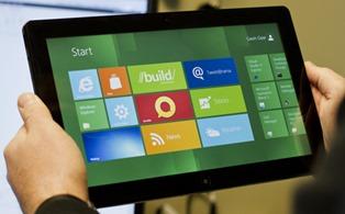 水平放置的平板电脑上的 Windows 8 [Start](开始)屏幕